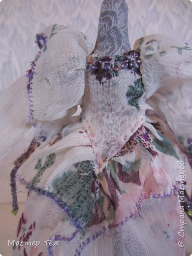 Сегодня я расскажу вам об этой очаровательной девочке, текстильной кукле http://stranamasterov.ru/node/1110906 Феи, они знаете ли такие — им платья подавай, мягкие подушки, и вкусную еду! Мне ещё повезло, что Розовый Ирис оказалась не самой капризной — тихонько ждала, когда я всё закончу. Но думаю дело тут в том, что она боооольшой любитель поспать. Ну, сами поглядите: фото 23