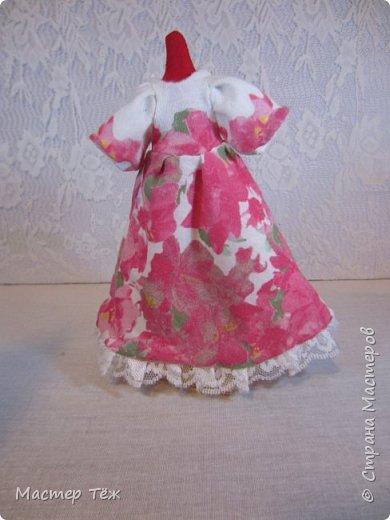 Сегодня я расскажу вам об этой очаровательной девочке, текстильной кукле http://stranamasterov.ru/node/1110906 Феи, они знаете ли такие — им платья подавай, мягкие подушки, и вкусную еду! Мне ещё повезло, что Розовый Ирис оказалась не самой капризной — тихонько ждала, когда я всё закончу. Но думаю дело тут в том, что она боооольшой любитель поспать. Ну, сами поглядите: фото 27