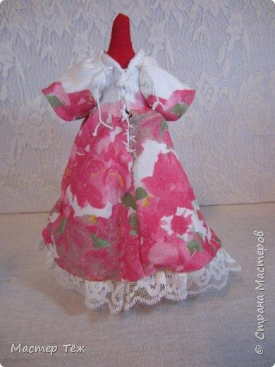 Сегодня я расскажу вам об этой очаровательной девочке, текстильной кукле http://stranamasterov.ru/node/1110906 Феи, они знаете ли такие — им платья подавай, мягкие подушки, и вкусную еду! Мне ещё повезло, что Розовый Ирис оказалась не самой капризной — тихонько ждала, когда я всё закончу. Но думаю дело тут в том, что она боооольшой любитель поспать. Ну, сами поглядите: фото 28