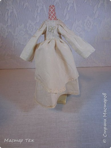 Сегодня я расскажу вам об этой очаровательной девочке, текстильной кукле http://stranamasterov.ru/node/1110906 Феи, они знаете ли такие — им платья подавай, мягкие подушки, и вкусную еду! Мне ещё повезло, что Розовый Ирис оказалась не самой капризной — тихонько ждала, когда я всё закончу. Но думаю дело тут в том, что она боооольшой любитель поспать. Ну, сами поглядите: фото 29