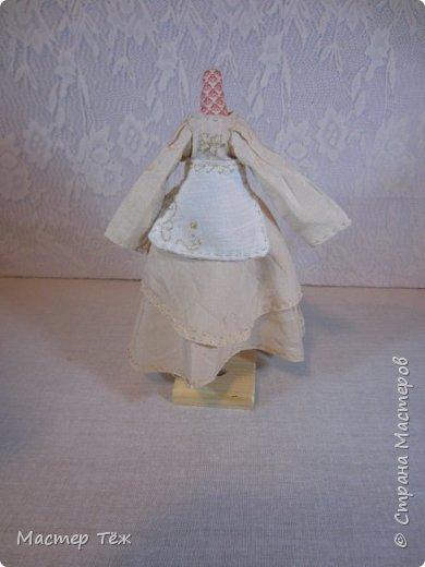 Сегодня я расскажу вам об этой очаровательной девочке, текстильной кукле http://stranamasterov.ru/node/1110906 Феи, они знаете ли такие — им платья подавай, мягкие подушки, и вкусную еду! Мне ещё повезло, что Розовый Ирис оказалась не самой капризной — тихонько ждала, когда я всё закончу. Но думаю дело тут в том, что она боооольшой любитель поспать. Ну, сами поглядите: фото 31