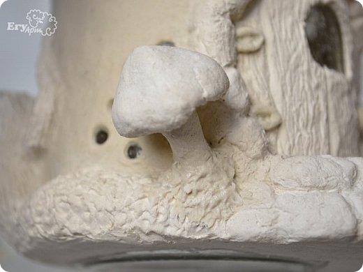 Сегодня предлагаю сделать сказочный домик-мухомор из обычных материалов. Идея не моя, вдохновление черпала от работ Творческой мамы. Решила слепить себе и поделиться с Вами.  Для начала продублирую состав паперклея в ложках и граммах:  - туалетная бумага (салфетки) — 20 г (примерно 5-7 мм от рулона); - клей ПВА — 75 г (7 ст. л.); - гипсовая сухая шпатлевка — 125 г (6 ст. л.); - мука — 50 г (4 ст. л.); - детское или оливковое масла, можно заменить на Фейри — 20 г (3 ст. л ); - крахмал — 50 г (4 ст. л).  Предыдущий мастер-класс по его изготовлению смотрите у меня в блоге  Можно и нужно набросать эскизы будущего домика и действовать по плану, но я буду делать домик по вдохновению. Так что этот проект  творческий. В итоге получатся вот такие грибочки. фото 30