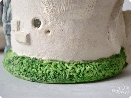 Сегодня предлагаю сделать сказочный домик-мухомор из обычных материалов. Идея не моя, вдохновление черпала от работ Творческой мамы. Решила слепить себе и поделиться с Вами.  Для начала продублирую состав паперклея в ложках и граммах:  - туалетная бумага (салфетки) — 20 г (примерно 5-7 мм от рулона); - клей ПВА — 75 г (7 ст. л.); - гипсовая сухая шпатлевка — 125 г (6 ст. л.); - мука — 50 г (4 ст. л.); - детское или оливковое масла, можно заменить на Фейри — 20 г (3 ст. л ); - крахмал — 50 г (4 ст. л).  Предыдущий мастер-класс по его изготовлению смотрите у меня в блоге  Можно и нужно набросать эскизы будущего домика и действовать по плану, но я буду делать домик по вдохновению. Так что этот проект  творческий. В итоге получатся вот такие грибочки. фото 33