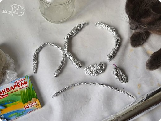 Сегодня предлагаю сделать сказочный домик-мухомор из обычных материалов. Идея не моя, вдохновление черпала от работ Творческой мамы. Решила слепить себе и поделиться с Вами.  Для начала продублирую состав паперклея в ложках и граммах:  - туалетная бумага (салфетки) — 20 г (примерно 5-7 мм от рулона); - клей ПВА — 75 г (7 ст. л.); - гипсовая сухая шпатлевка — 125 г (6 ст. л.); - мука — 50 г (4 ст. л.); - детское или оливковое масла, можно заменить на Фейри — 20 г (3 ст. л ); - крахмал — 50 г (4 ст. л).  Предыдущий мастер-класс по его изготовлению смотрите у меня в блоге  Можно и нужно набросать эскизы будущего домика и действовать по плану, но я буду делать домик по вдохновению. Так что этот проект  творческий. В итоге получатся вот такие грибочки. фото 3