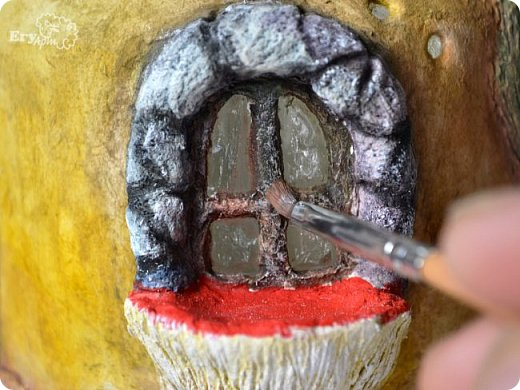 Сегодня предлагаю сделать сказочный домик-мухомор из обычных материалов. Идея не моя, вдохновление черпала от работ Творческой мамы. Решила слепить себе и поделиться с Вами.  Для начала продублирую состав паперклея в ложках и граммах:  - туалетная бумага (салфетки) — 20 г (примерно 5-7 мм от рулона); - клей ПВА — 75 г (7 ст. л.); - гипсовая сухая шпатлевка — 125 г (6 ст. л.); - мука — 50 г (4 ст. л.); - детское или оливковое масла, можно заменить на Фейри — 20 г (3 ст. л ); - крахмал — 50 г (4 ст. л).  Предыдущий мастер-класс по его изготовлению смотрите у меня в блоге  Можно и нужно набросать эскизы будущего домика и действовать по плану, но я буду делать домик по вдохновению. Так что этот проект  творческий. В итоге получатся вот такие грибочки. фото 42