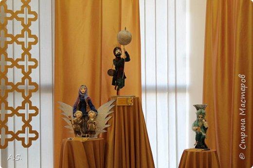 """Мы с ребятами побывали на чудесной выставке """"Восточные сказки"""" в краеведческом музее. Волшебные куклы, занимательный рассказ, атмосферный фото проект """"Стамбул"""", интересный мастер класс... Ребята вспоминали сюжеты известных восточных сказок, услышали и несколько малоизвестных историй, угадывали русскую сказку, в которой есть восточная царица, решали кроссворд, и делали поделку в восточном стиле. Рассматривали фотографии современного Стамбула и вспоминали историю и древний Константинополь: например, увидели на фотографиях музей Айя-Софья и узнали, что это бывший патриарший православный собор Святая София Константинопольская.  фото 15"""