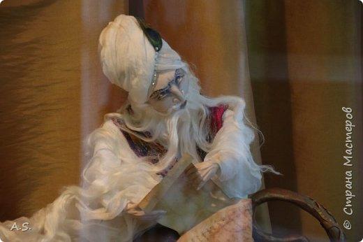 """Мы с ребятами побывали на чудесной выставке """"Восточные сказки"""" в краеведческом музее. Волшебные куклы, занимательный рассказ, атмосферный фото проект """"Стамбул"""", интересный мастер класс... Ребята вспоминали сюжеты известных восточных сказок, услышали и несколько малоизвестных историй, угадывали русскую сказку, в которой есть восточная царица, решали кроссворд, и делали поделку в восточном стиле. Рассматривали фотографии современного Стамбула и вспоминали историю и древний Константинополь: например, увидели на фотографиях музей Айя-Софья и узнали, что это бывший патриарший православный собор Святая София Константинопольская.  фото 8"""