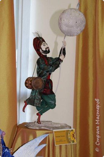 """Мы с ребятами побывали на чудесной выставке """"Восточные сказки"""" в краеведческом музее. Волшебные куклы, занимательный рассказ, атмосферный фото проект """"Стамбул"""", интересный мастер класс... Ребята вспоминали сюжеты известных восточных сказок, услышали и несколько малоизвестных историй, угадывали русскую сказку, в которой есть восточная царица, решали кроссворд, и делали поделку в восточном стиле. Рассматривали фотографии современного Стамбула и вспоминали историю и древний Константинополь: например, увидели на фотографиях музей Айя-Софья и узнали, что это бывший патриарший православный собор Святая София Константинопольская.  фото 18"""