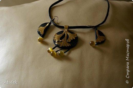 комплект серьги и подвеска. Кожа черная и золотая. Бусины из натурального камня. Без названия. фото 1