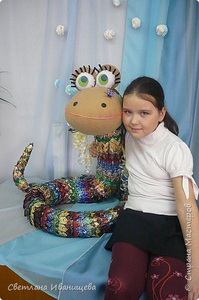 Замечательная змейка длинной всего 3,5 метра получилась у Александровой Полины и Устюговой Анастасии. Один из звездных дуэтов в моей педагогической практике. Тело змейки покрыто чешуей из конфетных фантиков, голова выполнена из флиса. фото 10
