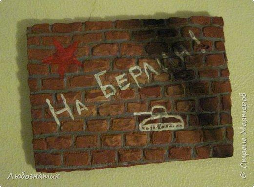 """Всем огромный привет!  Представляю вам АТС карточки """"Уличные афоризмы"""". Карточки конечно красивыми не назовешь, но раз идея пришла, уж очень захотелось воплотить в жизнь. Примелькались мне всякие надписи на стенах гаражей и дворов, вот появилась такая серия.  Техника барельеф наверно называется. Использовала шпатлевку по дереву, краски (гуашь, акриловые краски)  Я должна карточки мастерицам Элайджа http://stranamasterov.ru/user/399311,  p_olya71 (Ольга) http://stranamasterov.ru/user/368861 и Нельча (Неля) http://stranamasterov.ru/user/425110, прошу их выбирать, если им понравиться. фото 21"""