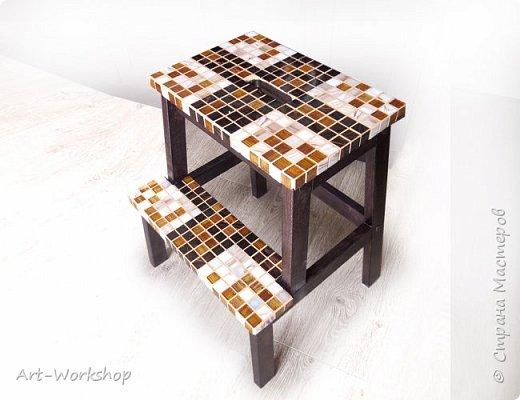 Декор плиткой мозаикой деревянной табуретки-лестницы
