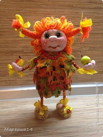 """Привет всем жителям Страны Мастеров!!! И снова я показываю """"осенних"""" куколок. Рост у них 23 см. Это первая куколка с зелёными глазками,с красными бусинами -""""ягодами"""",наряд у неё из красно-жёлто-бурых листьев. фото 3"""