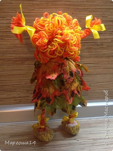 """Привет всем жителям Страны Мастеров!!! И снова я показываю """"осенних"""" куколок. Рост у них 23 см. Это первая куколка с зелёными глазками,с красными бусинами -""""ягодами"""",наряд у неё из красно-жёлто-бурых листьев. фото 4"""