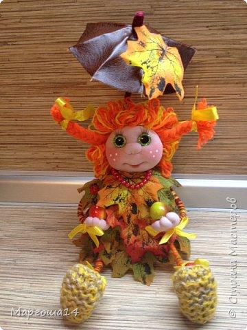 """Привет всем жителям Страны Мастеров!!! И снова я показываю """"осенних"""" куколок. Рост у них 23 см. Это первая куколка с зелёными глазками,с красными бусинами -""""ягодами"""",наряд у неё из красно-жёлто-бурых листьев. фото 1"""