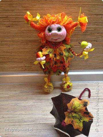 """Привет всем жителям Страны Мастеров!!! И снова я показываю """"осенних"""" куколок. Рост у них 23 см. Это первая куколка с зелёными глазками,с красными бусинами -""""ягодами"""",наряд у неё из красно-жёлто-бурых листьев. фото 2"""