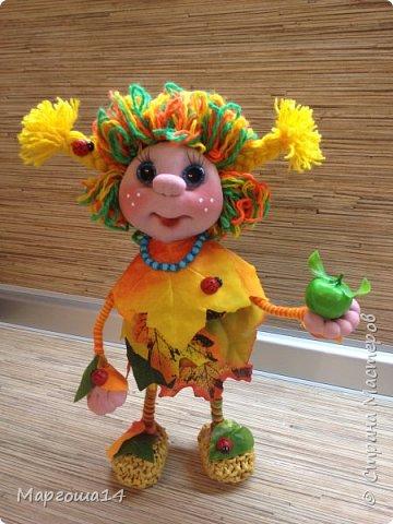 """Привет всем жителям Страны Мастеров!!! И снова я показываю """"осенних"""" куколок. Рост у них 23 см. Это первая куколка с зелёными глазками,с красными бусинами -""""ягодами"""",наряд у неё из красно-жёлто-бурых листьев. фото 5"""