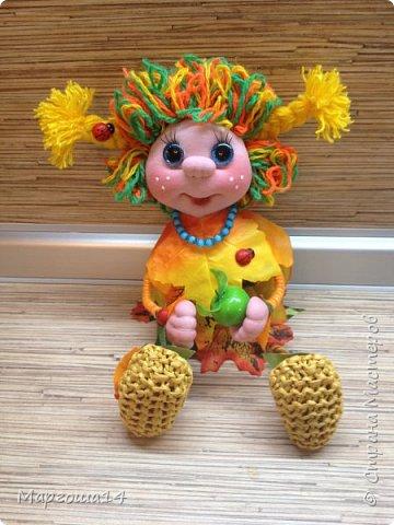 """Привет всем жителям Страны Мастеров!!! И снова я показываю """"осенних"""" куколок. Рост у них 23 см. Это первая куколка с зелёными глазками,с красными бусинами -""""ягодами"""",наряд у неё из красно-жёлто-бурых листьев. фото 6"""