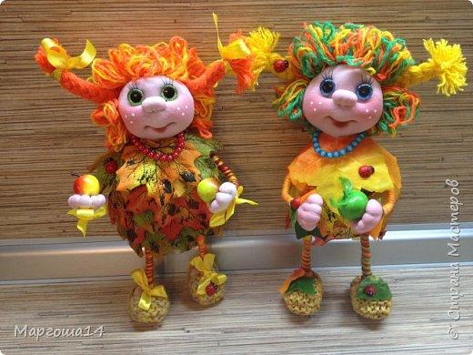 """Привет всем жителям Страны Мастеров!!! И снова я показываю """"осенних"""" куколок. Рост у них 23 см. Это первая куколка с зелёными глазками,с красными бусинами -""""ягодами"""",наряд у неё из красно-жёлто-бурых листьев. фото 9"""