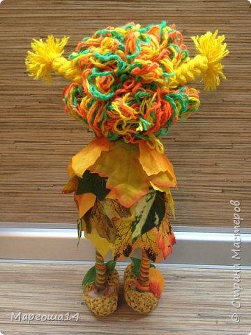 """Привет всем жителям Страны Мастеров!!! И снова я показываю """"осенних"""" куколок. Рост у них 23 см. Это первая куколка с зелёными глазками,с красными бусинами -""""ягодами"""",наряд у неё из красно-жёлто-бурых листьев. фото 7"""