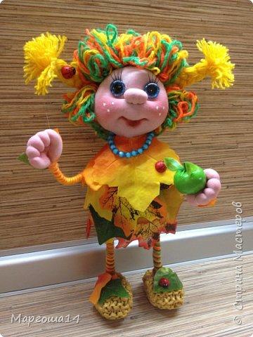 """Привет всем жителям Страны Мастеров!!! И снова я показываю """"осенних"""" куколок. Рост у них 23 см. Это первая куколка с зелёными глазками,с красными бусинами -""""ягодами"""",наряд у неё из красно-жёлто-бурых листьев. фото 8"""