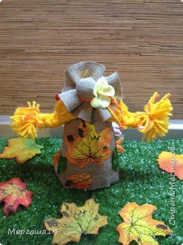 """Привет всем жителям Страны Мастеров!!! И снова я показываю """"осенних"""" куколок. Рост у них 23 см. Это первая куколка с зелёными глазками,с красными бусинами -""""ягодами"""",наряд у неё из красно-жёлто-бурых листьев. фото 12"""