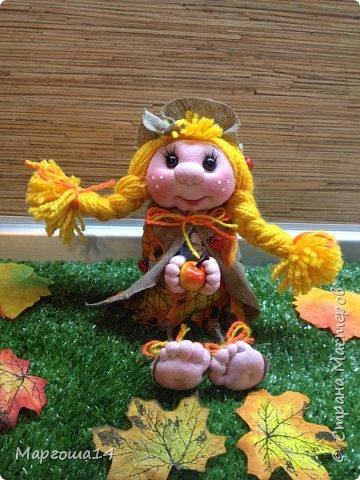 """Привет всем жителям Страны Мастеров!!! И снова я показываю """"осенних"""" куколок. Рост у них 23 см. Это первая куколка с зелёными глазками,с красными бусинами -""""ягодами"""",наряд у неё из красно-жёлто-бурых листьев. фото 10"""