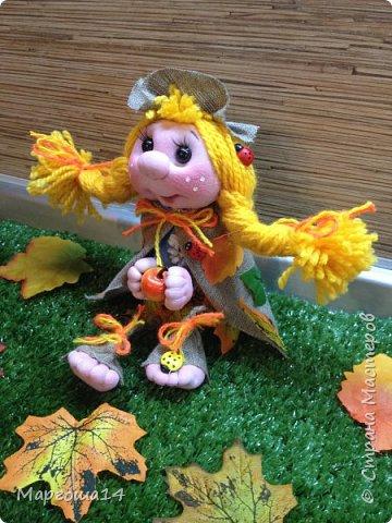 """Привет всем жителям Страны Мастеров!!! И снова я показываю """"осенних"""" куколок. Рост у них 23 см. Это первая куколка с зелёными глазками,с красными бусинами -""""ягодами"""",наряд у неё из красно-жёлто-бурых листьев. фото 11"""