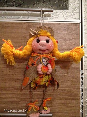 """Привет всем жителям Страны Мастеров!!! И снова я показываю """"осенних"""" куколок. Рост у них 23 см. Это первая куколка с зелёными глазками,с красными бусинами -""""ягодами"""",наряд у неё из красно-жёлто-бурых листьев. фото 13"""