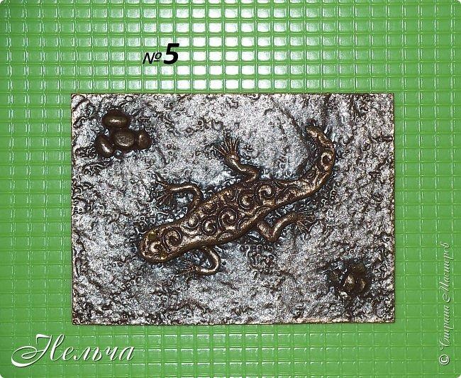 """У меня есть панно  """"Ящерица""""  http://stranamasterov.ru/node/1087306  , вот решила сделать похожие карточки. Ящерки из солёного теста, маленькие камешки - настоящие, покраска под бронзу. Тело ящериц придавила пуговицами, глазки - маленькие стразики ( почти не видно). Пальчики у ящерок из ниточки. фото 9"""