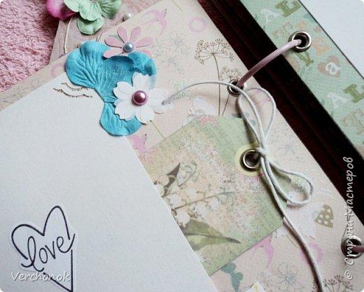 Я с новым альбомом))) 8 разворотов, вмещает около 30 фото, есть кармашки, секретики. Альбом выполнен в нежной цветовой гаме, украшен жемчужинками, цветами, бабочками - для настоящей принцессы) Итак, смотрим...    фото 11