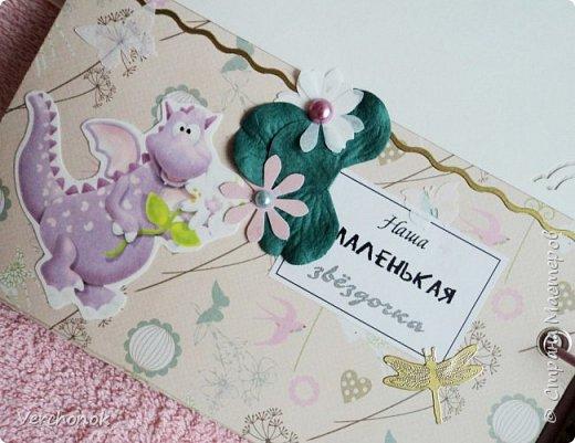 Я с новым альбомом))) 8 разворотов, вмещает около 30 фото, есть кармашки, секретики. Альбом выполнен в нежной цветовой гаме, украшен жемчужинками, цветами, бабочками - для настоящей принцессы) Итак, смотрим...    фото 12