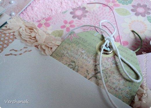 Я с новым альбомом))) 8 разворотов, вмещает около 30 фото, есть кармашки, секретики. Альбом выполнен в нежной цветовой гаме, украшен жемчужинками, цветами, бабочками - для настоящей принцессы) Итак, смотрим...    фото 13