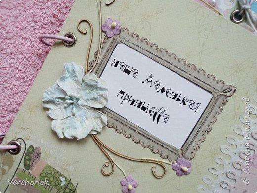 Я с новым альбомом))) 8 разворотов, вмещает около 30 фото, есть кармашки, секретики. Альбом выполнен в нежной цветовой гаме, украшен жемчужинками, цветами, бабочками - для настоящей принцессы) Итак, смотрим...    фото 2