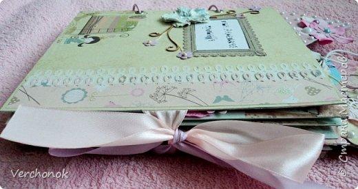 Я с новым альбомом))) 8 разворотов, вмещает около 30 фото, есть кармашки, секретики. Альбом выполнен в нежной цветовой гаме, украшен жемчужинками, цветами, бабочками - для настоящей принцессы) Итак, смотрим...    фото 3