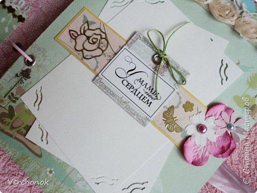 Я с новым альбомом))) 8 разворотов, вмещает около 30 фото, есть кармашки, секретики. Альбом выполнен в нежной цветовой гаме, украшен жемчужинками, цветами, бабочками - для настоящей принцессы) Итак, смотрим...    фото 4