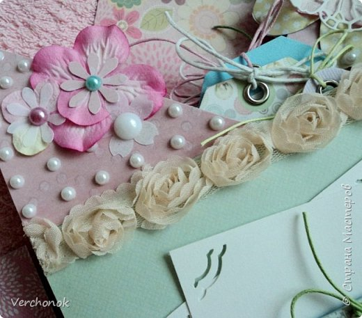 Я с новым альбомом))) 8 разворотов, вмещает около 30 фото, есть кармашки, секретики. Альбом выполнен в нежной цветовой гаме, украшен жемчужинками, цветами, бабочками - для настоящей принцессы) Итак, смотрим...    фото 6