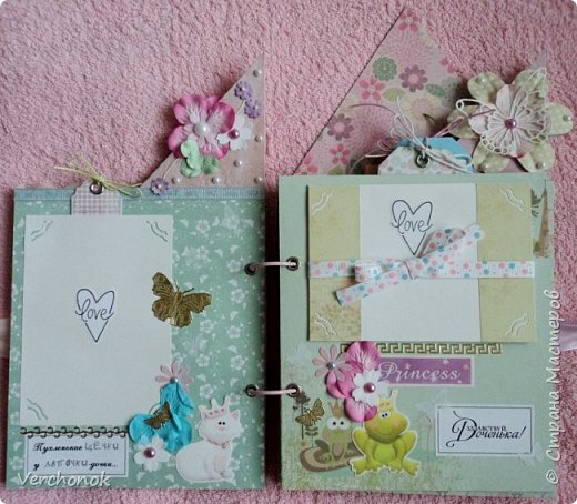 Я с новым альбомом))) 8 разворотов, вмещает около 30 фото, есть кармашки, секретики. Альбом выполнен в нежной цветовой гаме, украшен жемчужинками, цветами, бабочками - для настоящей принцессы) Итак, смотрим...    фото 7