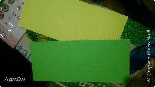 Два листа плотной бумаги,поделила их пополам и разрезала фигурными ножницами фото 2
