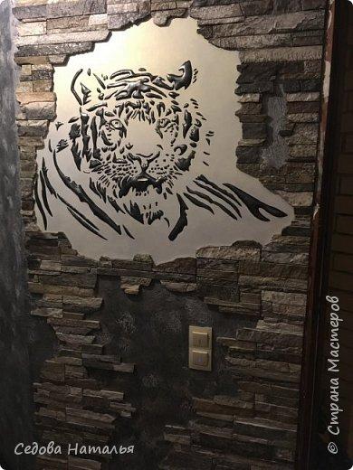 Тигр, как и стены, выполнен из финишной шпаклёвки. Каменная кладка на стене из белых гипсовых плит, напиленных и покрашенных вручную. фото 2