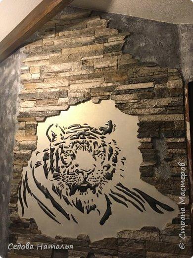 Тигр, как и стены, выполнен из финишной шпаклёвки. Каменная кладка на стене из белых гипсовых плит, напиленных и покрашенных вручную. фото 1