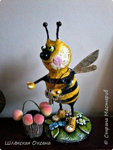 """Доброго времени суток,Страна Мастеров!Ну вот покрасила наконец пчёлку,пока без лака.Буковка """"Ф""""на груди это начальная буква фамилии наших пчеловодов,заказчиков пчёлки. фото 3"""