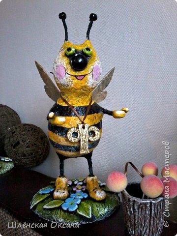 """Доброго времени суток,Страна Мастеров!Ну вот покрасила наконец пчёлку,пока без лака.Буковка """"Ф""""на груди это начальная буква фамилии наших пчеловодов,заказчиков пчёлки. фото 1"""