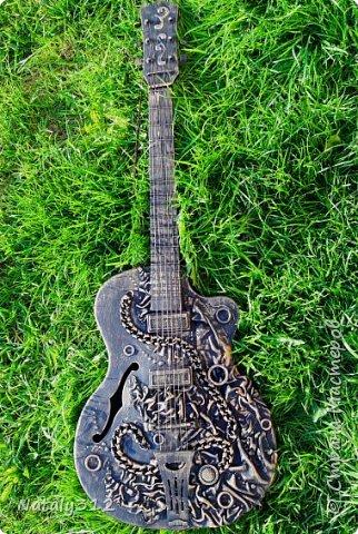 С каким трудом я расстаюсь со старым барахлом... Понять меня смогут только на этом сайте. Вот и эту сломанную гитару я выбросить не дала. фото 1