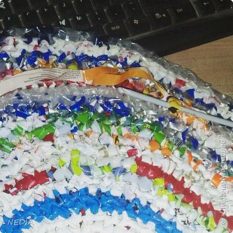 Из пряжи сделанной из полиэтиленовых пакетов можно связать множество оригинальных вещей.  фото 1