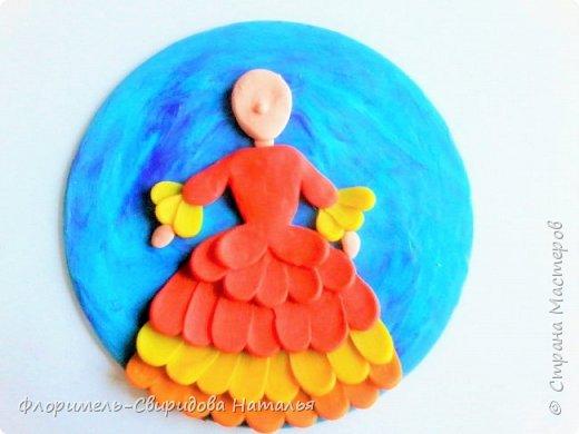 Поделка выполняется на CD диске с использованием воскового пластилина. фото 8