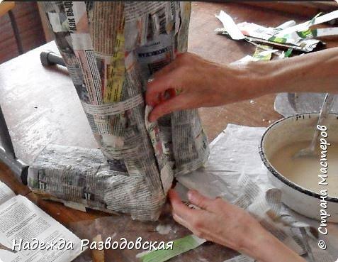 Работая над  своим очередным гномом из папье-маше, я не забыла просьбу   жителей «Страны мастеров» поделиться  опытом создания скульптур в данной технике, поэтому весь процесс пришлось подробно фотографировать. Впервые при моделировании гнома я использовала картон от упаковок от сока. Постараюсь последовательно  и обстоятельно изложить, как шел творческий процесс над созданием гнома из папье-маше и что у меня получалось.      2.Материалы, которые я использовала при создании скульптуры гнома с вазой: Четыре пластиковые 1,5-литровые бутылки  Две пластиковые 5-литровые емкости для питьевой воды Три упаковки для яиц   Пшеничная мука для заваривания клейстера Клей ПВА Газетная и крафтовая (оберточная серая) бумага Туалетная бумага Упаковки из-под сока Проволока Скотч Фольга  Шпаклевка по дереву Краски для окрашивания гнома (художественные масляные краски, белая эмалевая краска, пигменты «Color» для добавления в белую краску) Из инструментов очень пригодились «горячий» клеевой пистолет и степлер. фото 33