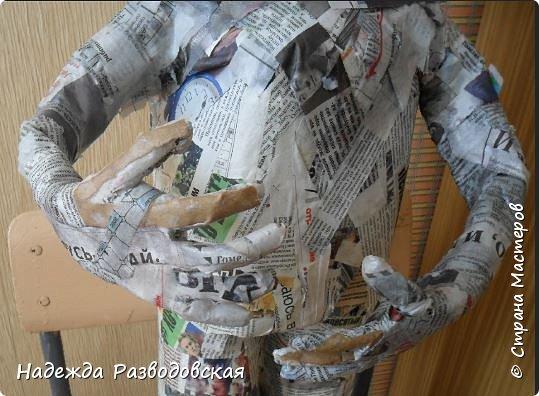 Работая над  своим очередным гномом из папье-маше, я не забыла просьбу   жителей «Страны мастеров» поделиться  опытом создания скульптур в данной технике, поэтому весь процесс пришлось подробно фотографировать. Впервые при моделировании гнома я использовала картон от упаковок от сока. Постараюсь последовательно  и обстоятельно изложить, как шел творческий процесс над созданием гнома из папье-маше и что у меня получалось.      2.Материалы, которые я использовала при создании скульптуры гнома с вазой: Четыре пластиковые 1,5-литровые бутылки  Две пластиковые 5-литровые емкости для питьевой воды Три упаковки для яиц   Пшеничная мука для заваривания клейстера Клей ПВА Газетная и крафтовая (оберточная серая) бумага Туалетная бумага Упаковки из-под сока Проволока Скотч Фольга  Шпаклевка по дереву Краски для окрашивания гнома (художественные масляные краски, белая эмалевая краска, пигменты «Color» для добавления в белую краску) Из инструментов очень пригодились «горячий» клеевой пистолет и степлер. фото 41