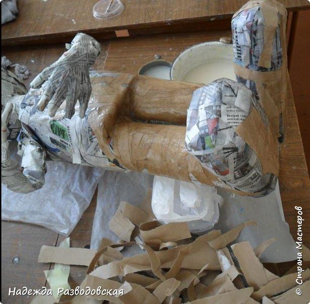 Работая над  своим очередным гномом из папье-маше, я не забыла просьбу   жителей «Страны мастеров» поделиться  опытом создания скульптур в данной технике, поэтому весь процесс пришлось подробно фотографировать. Впервые при моделировании гнома я использовала картон от упаковок от сока. Постараюсь последовательно  и обстоятельно изложить, как шел творческий процесс над созданием гнома из папье-маше и что у меня получалось.      2.Материалы, которые я использовала при создании скульптуры гнома с вазой: Четыре пластиковые 1,5-литровые бутылки  Две пластиковые 5-литровые емкости для питьевой воды Три упаковки для яиц   Пшеничная мука для заваривания клейстера Клей ПВА Газетная и крафтовая (оберточная серая) бумага Туалетная бумага Упаковки из-под сока Проволока Скотч Фольга  Шпаклевка по дереву Краски для окрашивания гнома (художественные масляные краски, белая эмалевая краска, пигменты «Color» для добавления в белую краску) Из инструментов очень пригодились «горячий» клеевой пистолет и степлер. фото 45