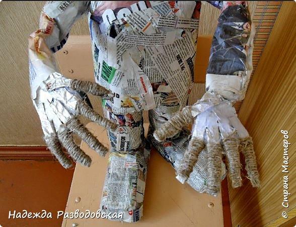 Работая над  своим очередным гномом из папье-маше, я не забыла просьбу   жителей «Страны мастеров» поделиться  опытом создания скульптур в данной технике, поэтому весь процесс пришлось подробно фотографировать. Впервые при моделировании гнома я использовала картон от упаковок от сока. Постараюсь последовательно  и обстоятельно изложить, как шел творческий процесс над созданием гнома из папье-маше и что у меня получалось.      2.Материалы, которые я использовала при создании скульптуры гнома с вазой: Четыре пластиковые 1,5-литровые бутылки  Две пластиковые 5-литровые емкости для питьевой воды Три упаковки для яиц   Пшеничная мука для заваривания клейстера Клей ПВА Газетная и крафтовая (оберточная серая) бумага Туалетная бумага Упаковки из-под сока Проволока Скотч Фольга  Шпаклевка по дереву Краски для окрашивания гнома (художественные масляные краски, белая эмалевая краска, пигменты «Color» для добавления в белую краску) Из инструментов очень пригодились «горячий» клеевой пистолет и степлер. фото 40